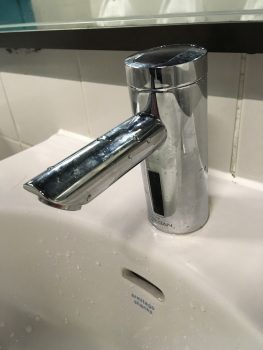 Touchfree water tap
